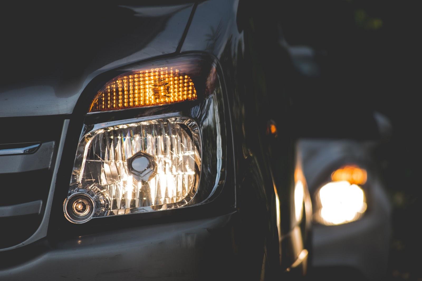 Iluminación del coche: Tipos de luces y cuándo utilizarlas